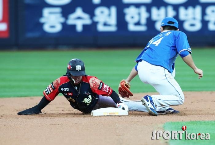 도루에 성공하는 KT 김민혁
