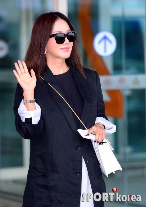 엄정화, 출국 앞서 화사한 손 인사~