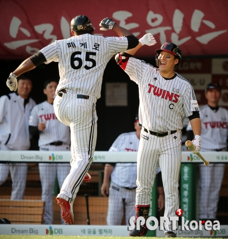 페게로, 홈런 치고 캡틴 김현수와 세레머니