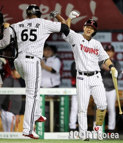 페게로-김민성, 홈런 축하 세레머니