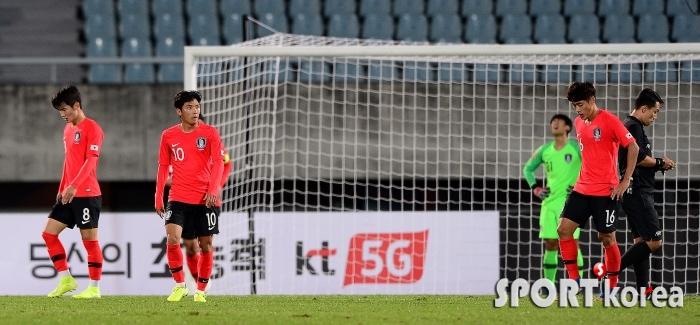 고개 떨구는 U-22 대표팀