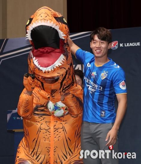 김보경 `공룡에게 축구공을 전달하다니`