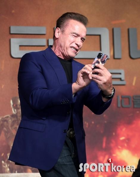 아널드 슈워제네거 `아이폰11에 코만도 케이스`