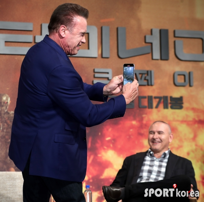 아널드 슈워제네거 `나 한국에서 이정도라고!`