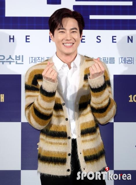 EXO 수호 `여심팬들 녹이는 손하트`