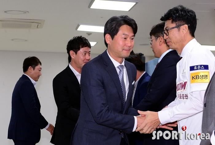 손혁 감독, 2군을 부탁드립니다!