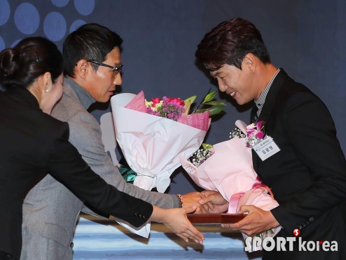 염경엽 감독에게 축하받는 김광현