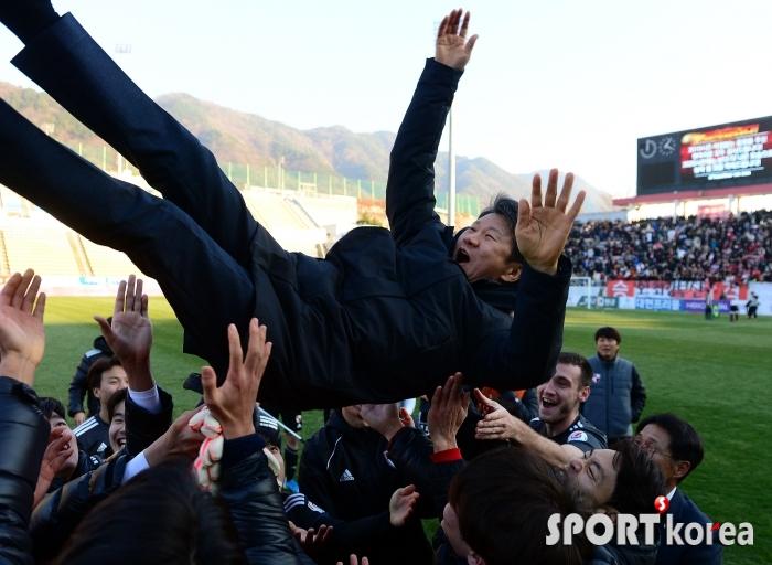 K리그1 승격한 부산, 정몽규 구단주의 헹가래!