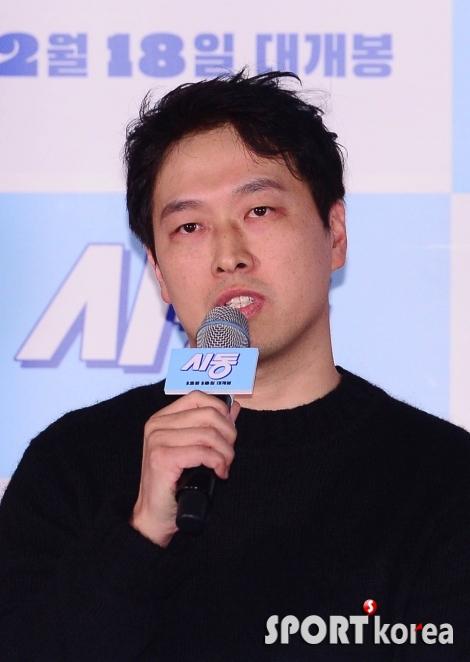 질문에 답변하는 최정열 감독
