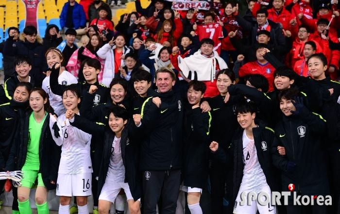 벨 감독의 첫승을 기뻐하는 한국여자축구대표팀!