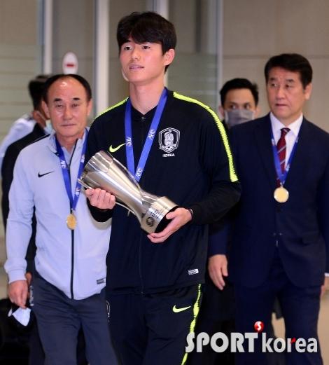 이상민, 우승 트로피 들고 자랑스럽게 입장!