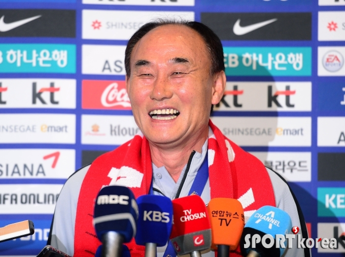 환한 미소의 김학범 감독!