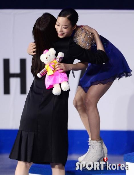 김연아와 포옹하는 유영