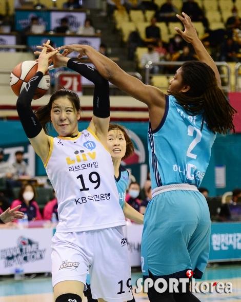 박지수 `파울 아니야?`