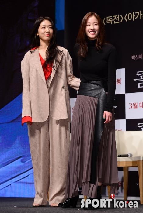 박신혜-전종서 `웃음 짓게하는 허리 감싸기`