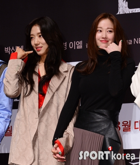 박신혜-전종서 `시선은 달라서 놓지않는 손깍지`