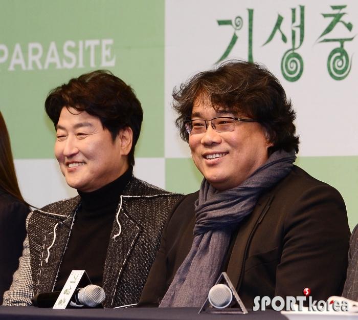 함께 미소짓는 송강호-봉준호 감독
