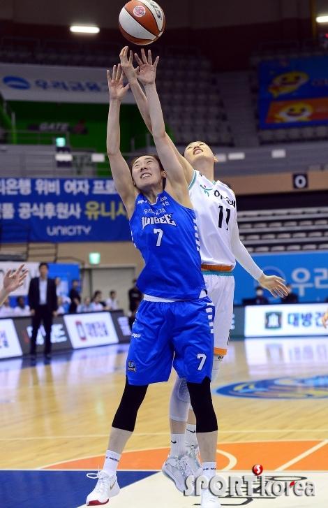 박혜진-강이슬 `치열한 리바운드 다툼~`