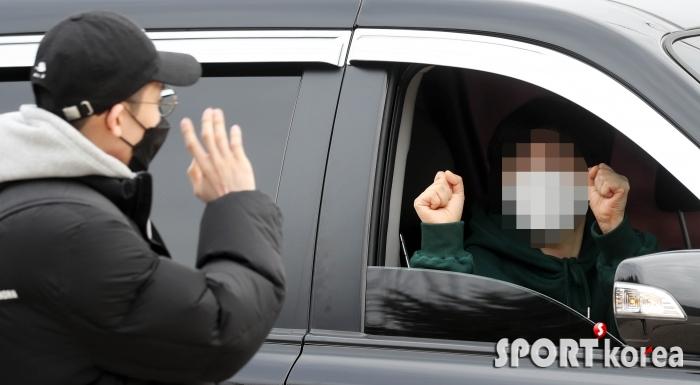 코로나19, 차량에서 응원하는 입영 가족