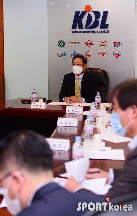 KBL 이사회 진행하는 이정대 총재