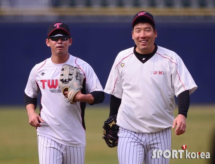 김현수-전민수 `즐겁게 맞는 훈련`