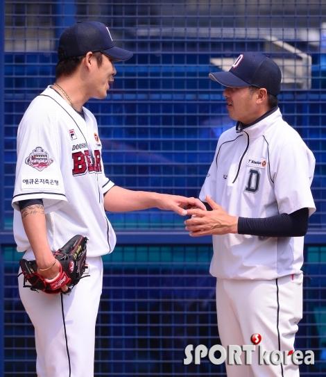 웃으며 대화하는 권혁-김원형 코치
