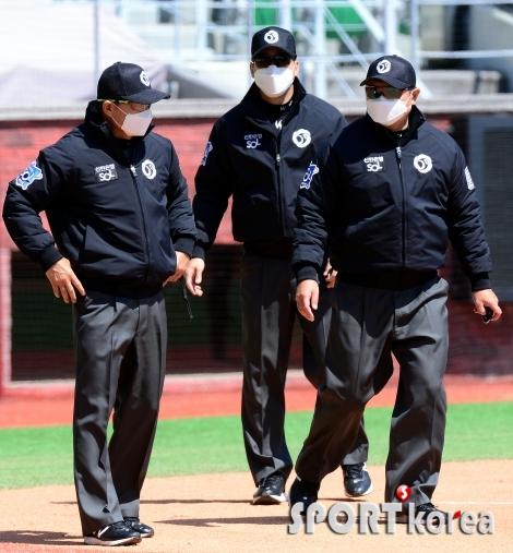 코로나19 여파로 야구 심판도 마스크 착용!