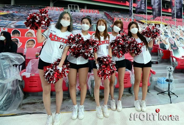 kt 미녀 치어리더 `팬들의 함성을 기다려요~`