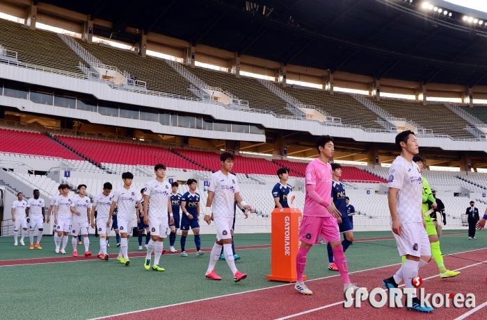무관중 속 입장하는 서울-안양 선수들