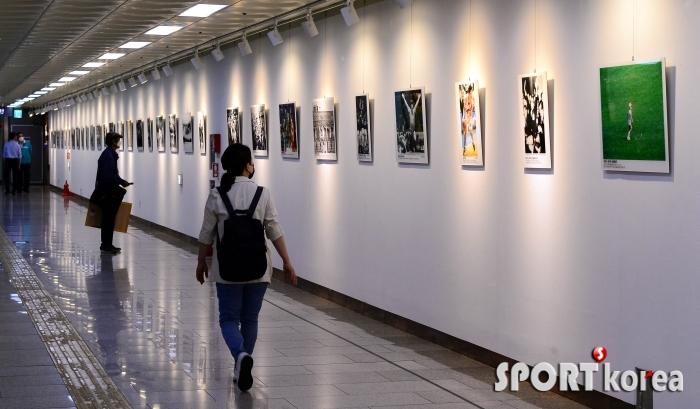 대한민국 체육 100주년 순간을 관람하는 시민