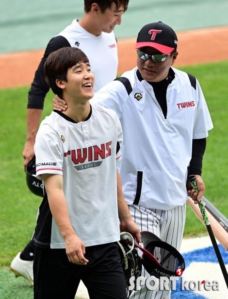 구본혁에게 장난치는 김호 코치