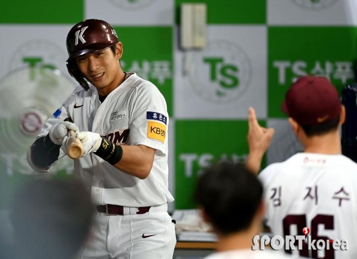 데뷔 후 첫 10홈런 이정후 `총 세리머니~`
