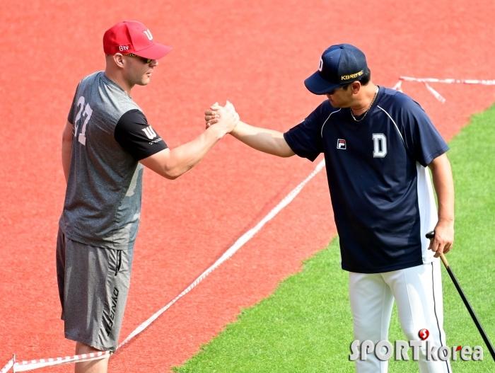 로맥-김민재 코치 `팀-국적 넘은 인사법`