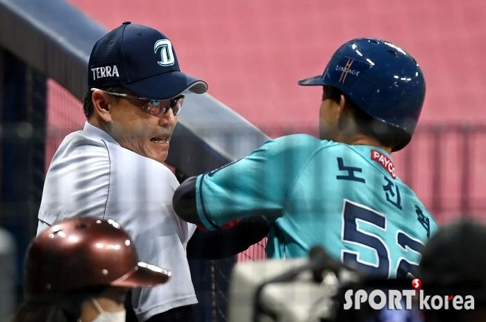 이동욱 감독 가슴 때린 노진혁 `홈런인줄 알았는데 2루타~`