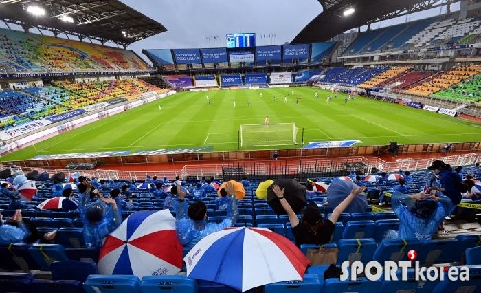 비가 내려도 축구 열기는 막을 수 없어!