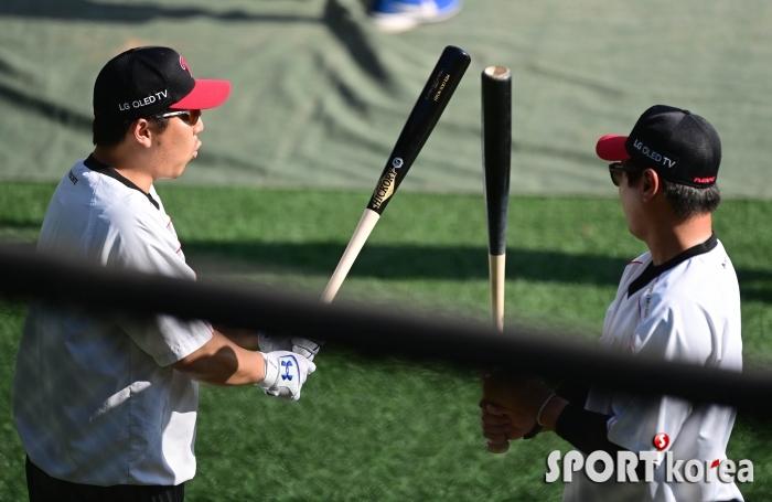 김현수 `이 배트 느낌이 좋아`