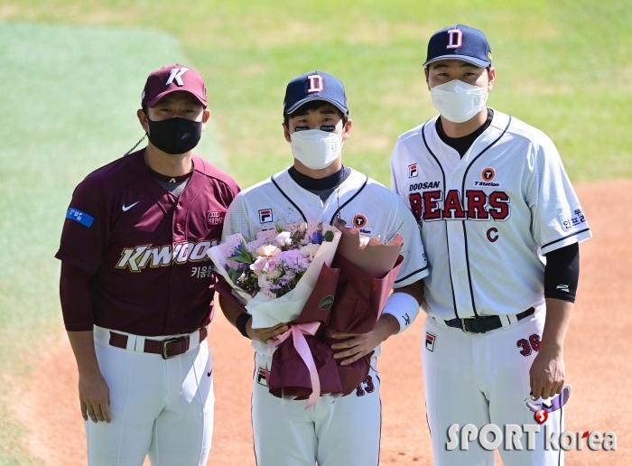 허경민의 1천경기 출장 축하하는 김상수-오재일