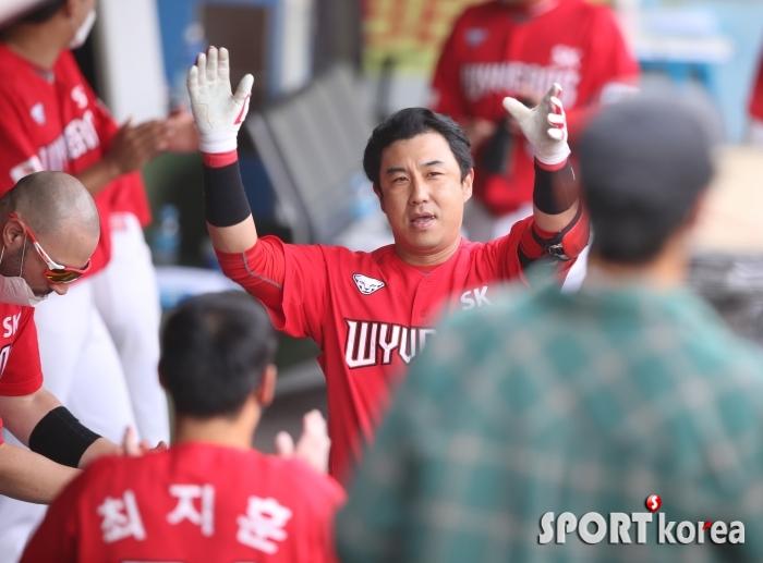 SK 노장 김강민, 연타석 홈런 만세!