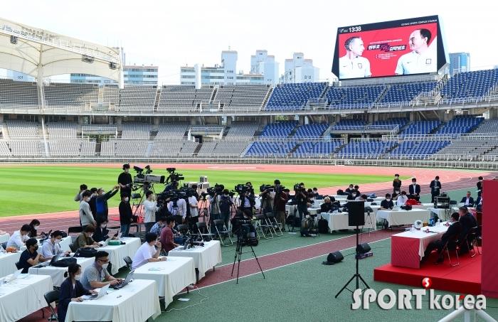축구국가대표vs올림픽대표 기자회견에 쏠린 취재열기