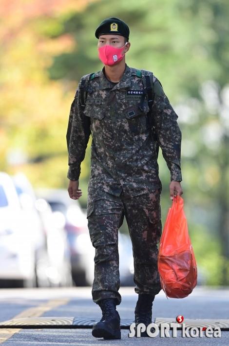 권경원 `군인 다운 당당한 걸음걸이`