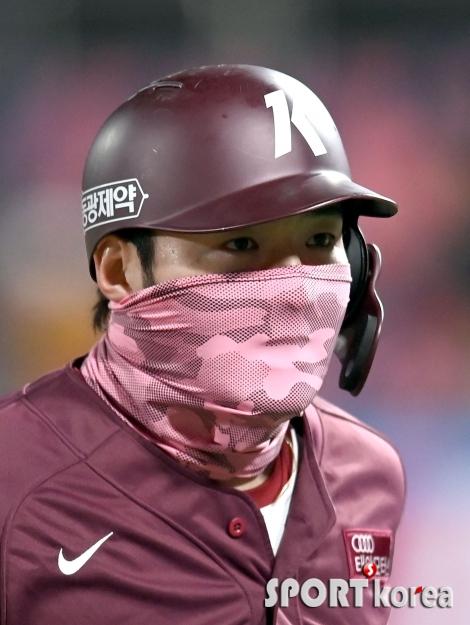 박병호, 눈길 끄는 분홍 마스크