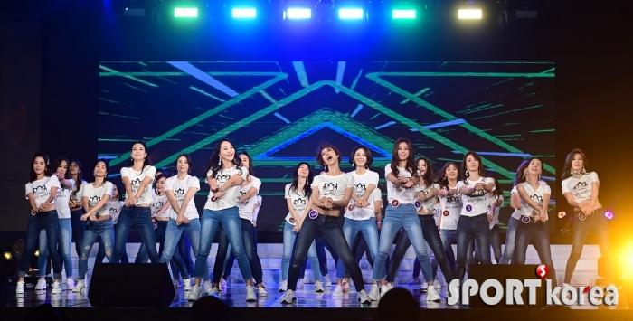 참가자들의 춤으로 시작하는 미시즈 코리아