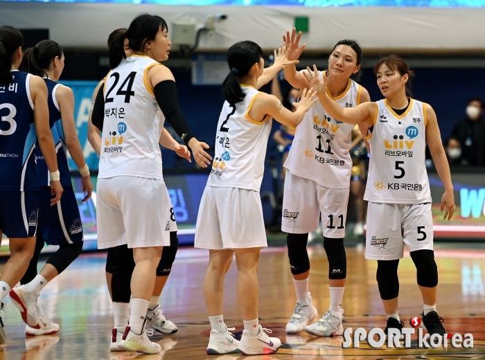 KB, 신한은행에 86-61로 승리하며 첫 승!