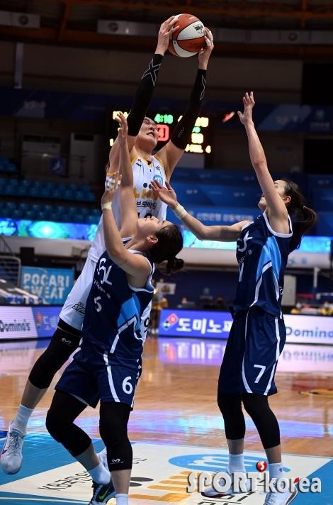 박지수, 엄청난 점프력으로 리바운드!