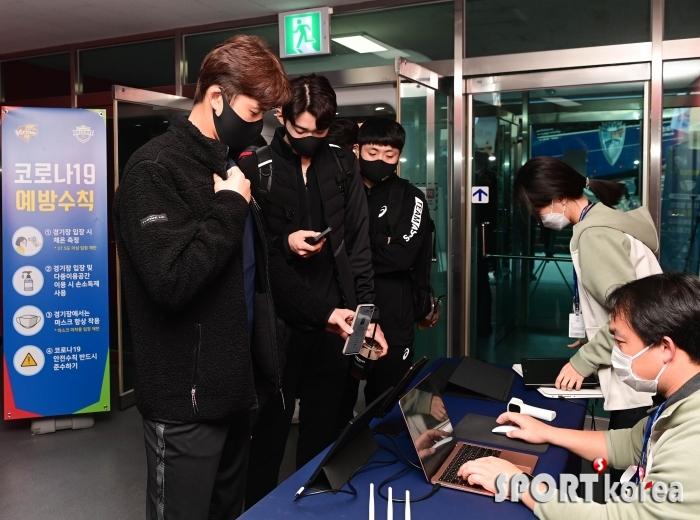 QR코드 스캔 후 입장하는 한국전력 선수들
