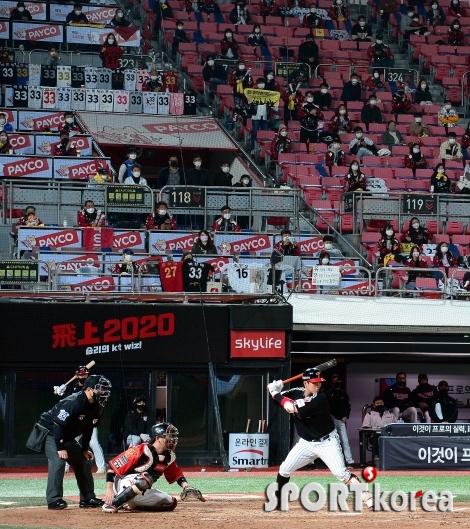 유광잠바 입고 응원하는 LG 야구팬