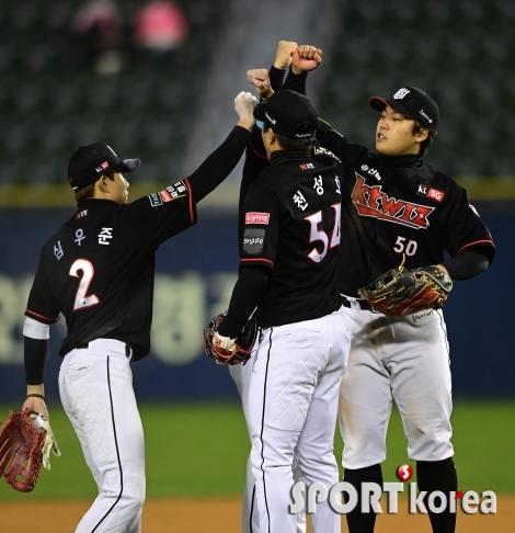 KT, 두산 상대 `17-5 대승보다 값진 포스트시즌 진출`