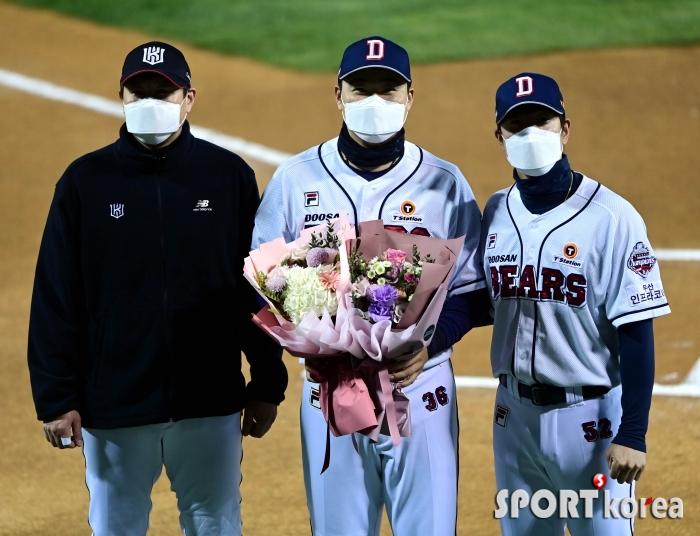 유한준-김재호의 축하에 오재일의 눈웃음