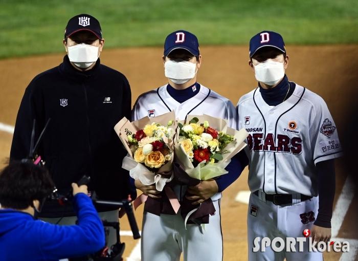 유한준-김재호에게 축하 꽃다발 받은 이현승
