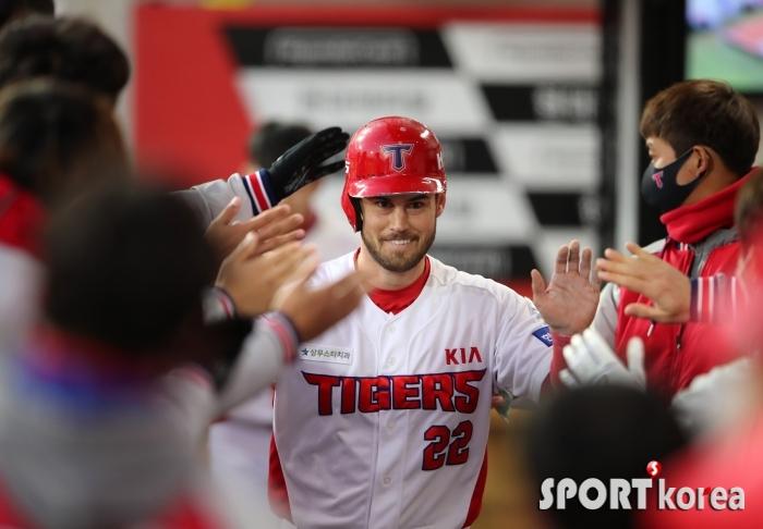 2점 홈런으로 득점 포문을 연 KIA 터커!